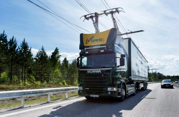 Une autoroute électrifiée pour poids lourds testée en Suède