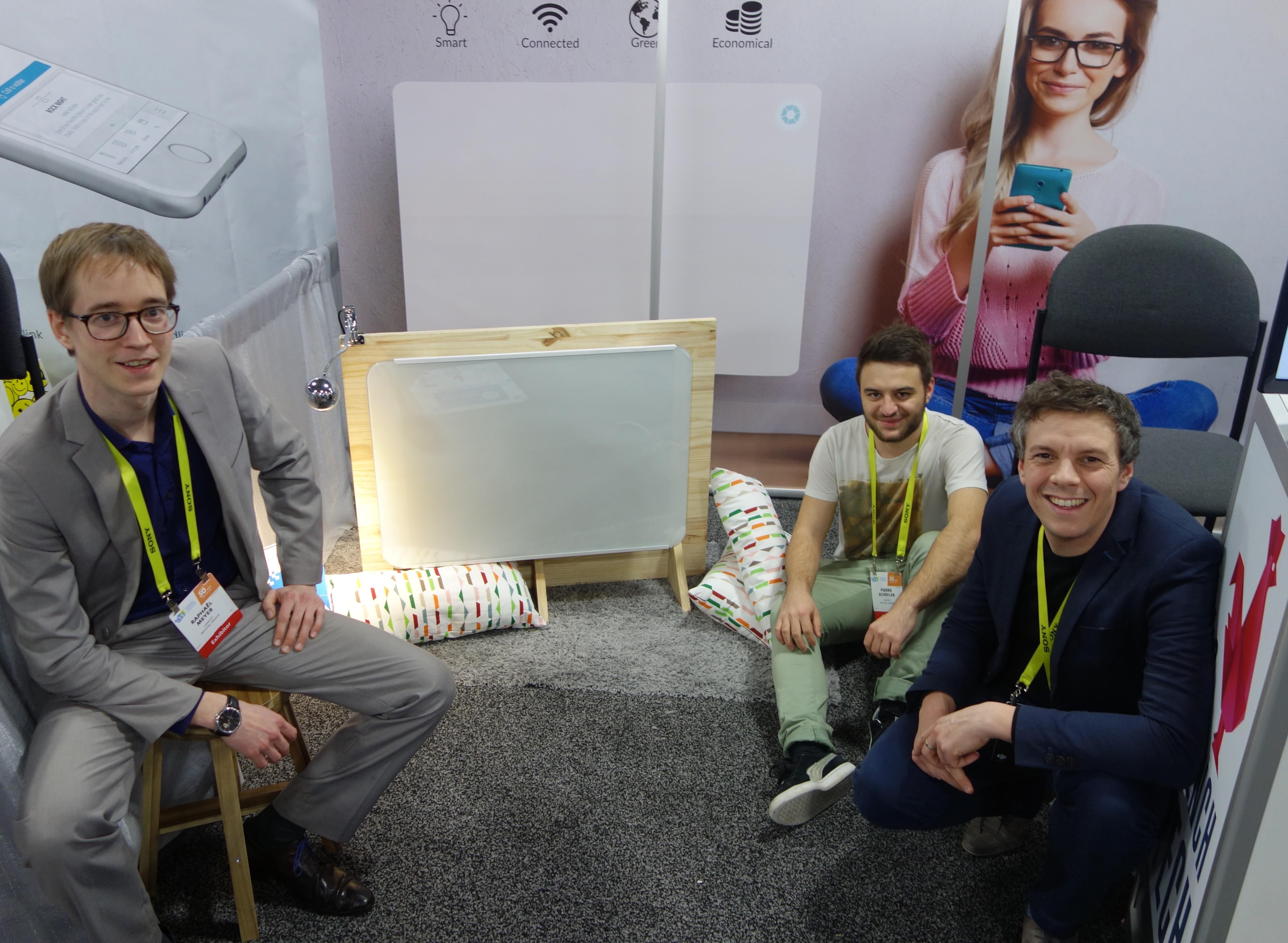 Le radiateur électrique de Lancey présenté au CES de Las Vegas. De gauche à droite : Raphaël Meyer (Président), Pierre Schefler (Chef du Développement), Gilles Moreau (Directeur technique).