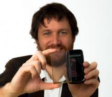Ludovic Deblois, co-fondateur de SunPartner, présente le Wysips Crystal, un film photovoltaïque transparent à placer sous l'écran d'un smartphone